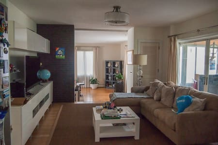 Bedroom available in large boston suburban house - Hus