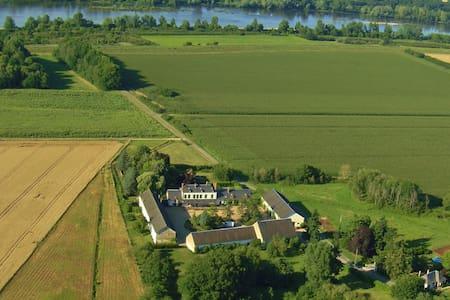 Dans une ancienne ferme du château de Sully/Loire - Haus