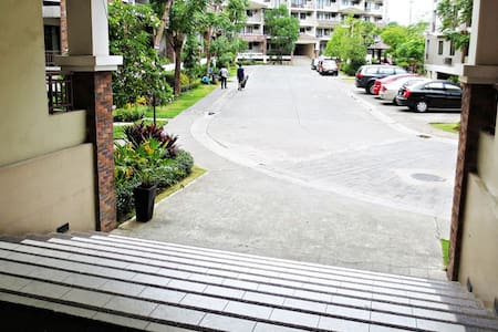 Houses apartments vacation rentals for large groups in for Terrace 33 makati