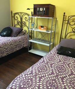 2 Twin beds in private bedroom- Beautiful home - Casa