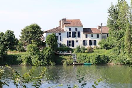 Les Pêcheurs luxury riverside gîte - Villa