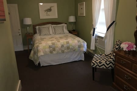 Lovely room in historic B&B - Cooperstown