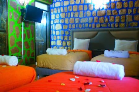Chambre Familiale en B&B et piscine - Bed & Breakfast