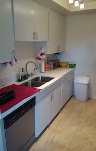Peaceful private room in WeHo w/own bath+parking! - West Hollywood - Apartment