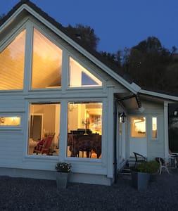 Lite koselig hus nært sjøen - House