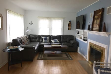Charming Cherry St. Cottage. - Manistee - Huis