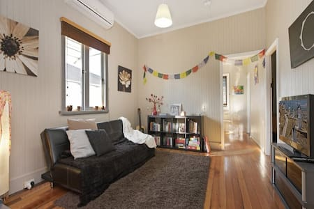 Cute cottage shared with female. Nestled between Bardon and Ashgrove shopping precincts and neighboring Paddington, with bus transport only meters from the door this is the ideal inner city location. The room is the main bedroom with a double bed.