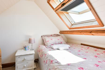 Loft room with small double bed, central Horsham - Hus