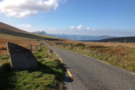 A stunningly beautiful place on the wild Atlantic way, with amazing sea views, tastefully decorated with original art  complimenting the setting. The house offers unobstructed views of the Blasket Islands and beautiful local walks for all abilities.