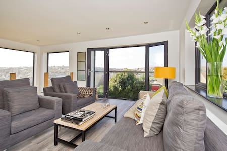 LUXURY COASTAL VILLA SLEEPS 8 - Saltdean - Villa
