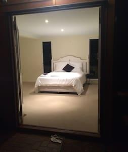 Huge Bedroom + Easy Transport! - Haus