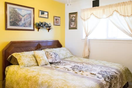 Nice Homestay w/ KING bed & breakfast! Near IAH. - Haus