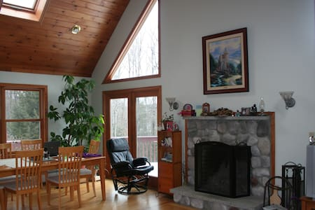 Quiet Chalet Home: Lake Sunapee/Mtn Keasarge area - Sutton - Rumah