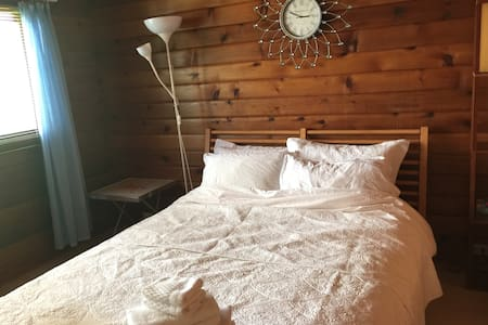 Cozy wood room with queen size bed - Richmond - House