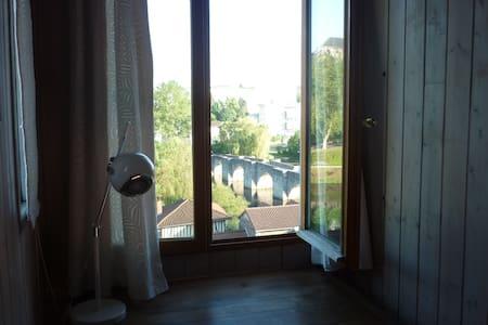 Chambre mansardée avec jolie vue - Limoges - House