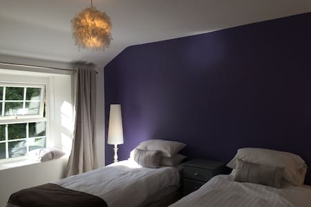 Bright family suite in friendly Pub - Zelah - Hus