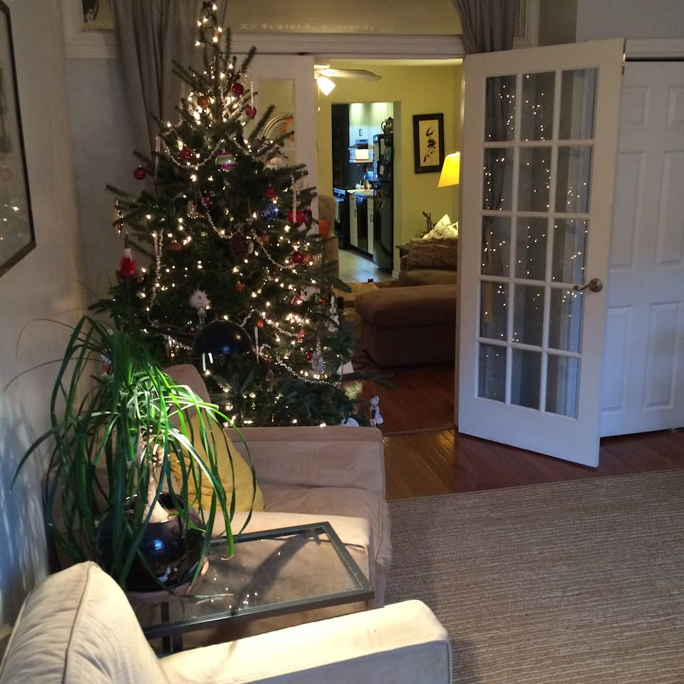 family room with real Christmas tree