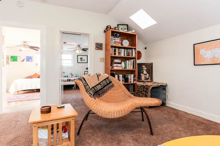 Bright & Comfy 2BR in Hyde Park