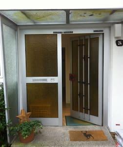 Gemütliches Dachzimmer mit eigenem Bad - Casa adossada