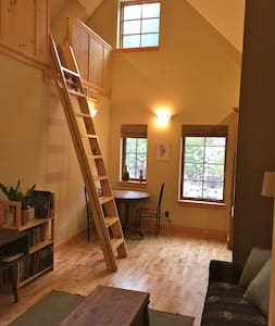 Cozy 1Bed plus loft. Perfect location with only a 10 min walk to downtown Truckee or grocery stores. Clean, nicely furnished, open and airy. Wood floors. Vaulted ceiling. A lovely place to stay while enjoying Truckee.
