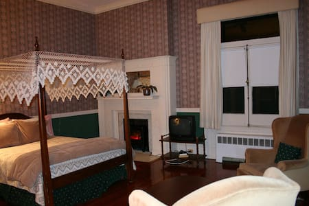 Queen Canopy near the mansions!  - Newport - Bed & Breakfast