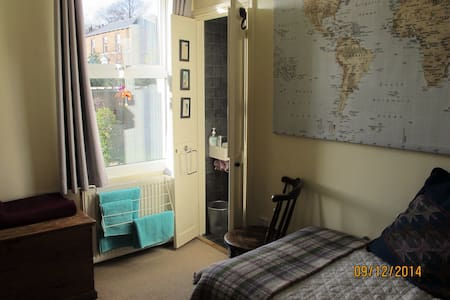 Sunny room with private en-suite - Sheffield
