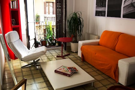 I rent a singleroom in a cosy apatment equipped with all features. In a modernist building from 1934. Where? In the Poble Sec Distric which is one of the trandy&tradicional Barrios, with terraces, cafes and live music.