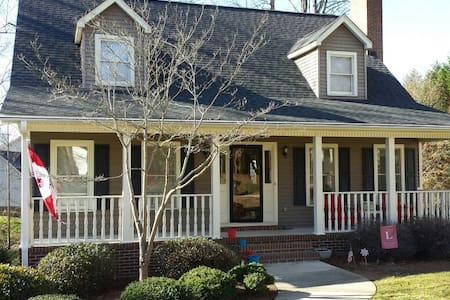 Charming Colonial 4bd in Greenville - Hus