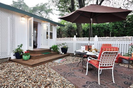 'It's a delight'! Suiteoaks. A wine country-style 1bd cottage. Authentic in its fineries, charm and welcome.Let it be your getaway to your next adventure, Riverfront shops,4star restaurants.  Newly remodeled   2 night minimum stay