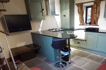 One bedroom Grade II listed cottage with parking - Holmfirth - House