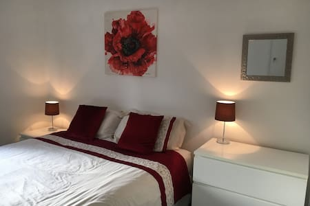 Lovely room in warm spacious newly renovated house - Andover - Hus