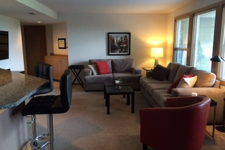 Beautiful Suburban Retreat near Seattle - Lake Forest Park - Apartment
