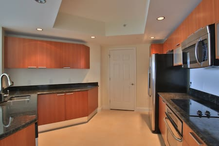 Luxury 2bed/2bath/Den Condo