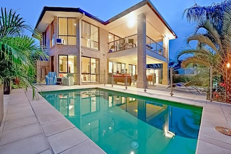 Waterfront Mansion with Master Bedroom incl Spa - Broadbeach Waters - Hus