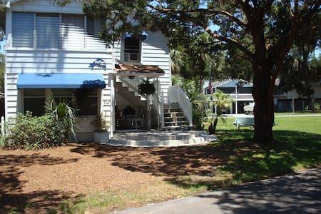 DolFun House on funky beach island - 一軒家