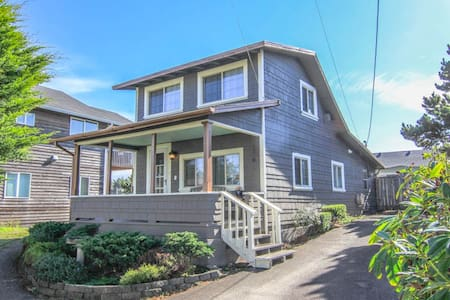 Cozy Nautical Vintage Cabin: Steps to the Beach! - Lincoln City - 小屋