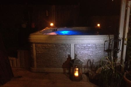 DOWNTOWN PRIVATE HOT TUB/ HEATED POOL/DECK/PARKING - Dom