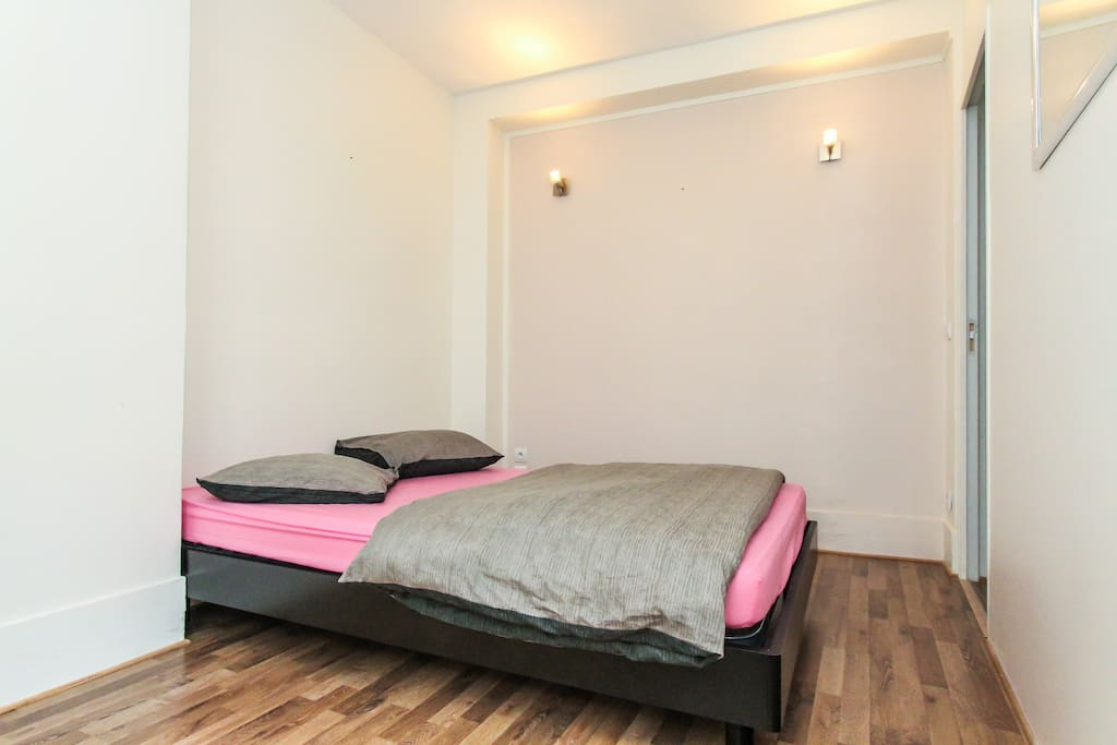 a 140x200 queen bed with clean, comfy sheets