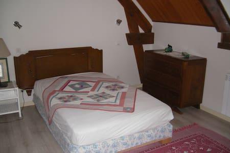 chambre indépendante a l'étage - Dům