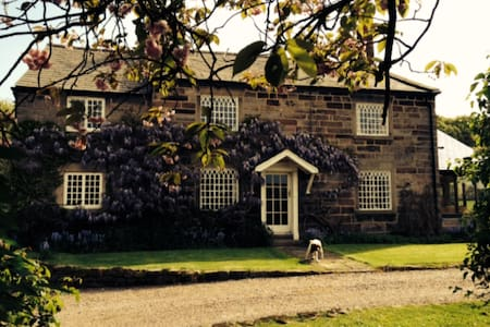 Double en suite room in rural Manley, Cheshire - Dom