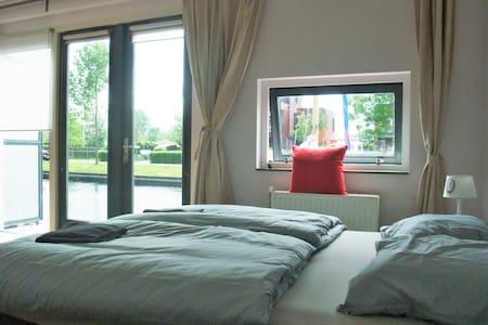 Prachtige ruime kamer met badkamer - House