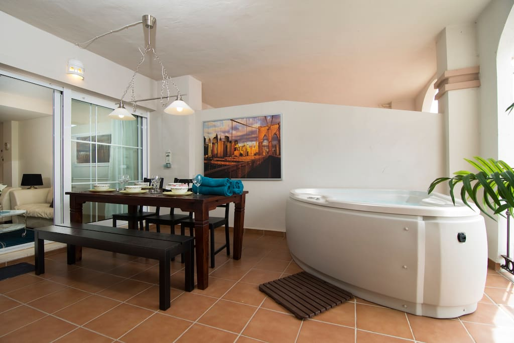 3 Bed, Free WiFi, Jacuzzi in Mijas!