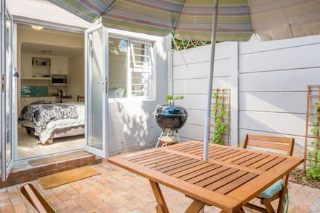 Garden Flat - self contained with enclosed garden - Kaapstad - Huis
