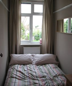 Cosy room - 20 min train to London - Surbiton - House
