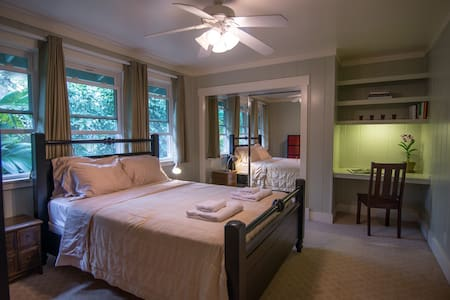 Comfy Room in a Beautiful Home - Princeville - Bed & Breakfast