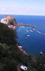 Bellissima villa nel verde con vista sul mare . - Huoneisto