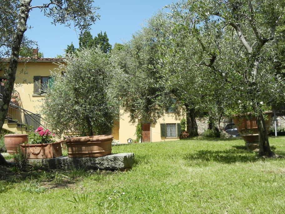 """la Casina, a destra, vista dal giardino. Sulla sinistra, gli altri appartamenti del """"borghetto"""""""