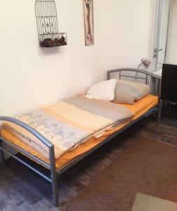 Ein Zimmer mit zwei Einzelbetten - Diez - Andere