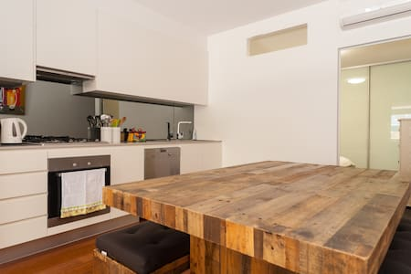 New 1 bedroom apartment at a great location - Erskineville - Lägenhet