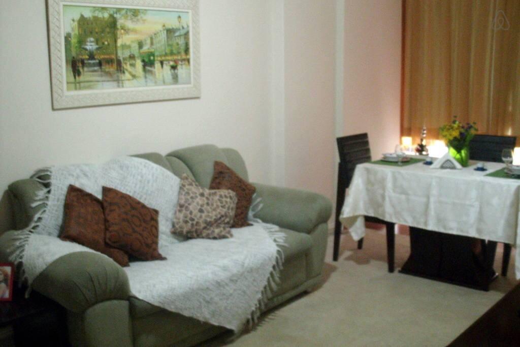 SALA com sofá/mesa de jantar/ TV 46'/ internet WI-FI/ TV á cabo e DVD,